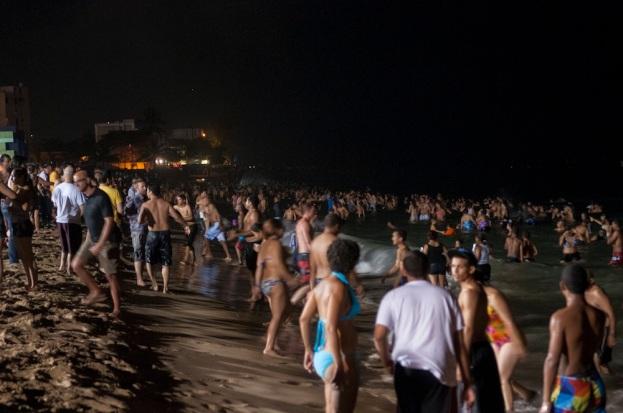 Noche de San Juan, en Puerto Rico. Una de las tradiciones de estas fiestas paganas es tirarse de espaldas en las playas.