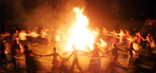 """Esta celebración consistía en prender una hoguera con objeto de """"dar más fuerza al sol"""", pues a partir del solsticio de verano se iba a ir haciendo más débil (se acortan los días)"""