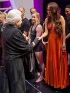 MK ULTRAS al servicio de su majestad Isabel II de Inglaterra, jefa visible del nuevo orden mundial… a quién vemos sirviendo a la reina?? a Miley!
